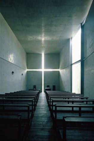 「光の教会」は正面の十字架部分から光が降り注ぐ(大阪府茨木市、1987~89)
