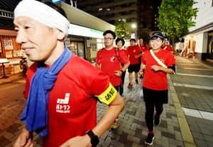 街中を走りながらパトロールするパトランメンバー(兵庫県伊丹市)