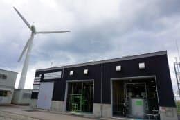 豊田通商や川崎重工業などは11月下旬から風力発電によって水素を製造し、温浴施設に運ぶ実験を始める(北海道苫前町)