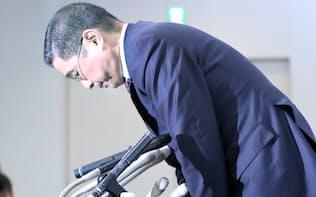 無資格検査問題で記者会見を終え、一礼する日産の西川社長(2日午後、横浜市西区)