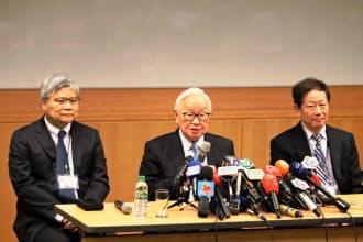 カリスマの張氏(中)が退き、劉氏(右)が董事長、魏氏(左)が総裁に就任する(2日、新竹市のTSMC本社)