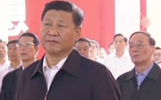 10月18日からの共産党大会を前に、5年間の成果を示す北京展覧館の展示を参観する習近平国家主席(9月25日、中国中央テレビの映像から)