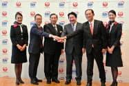 日本航空はSBIと手を組み金融事業を強化する(3日、都内で開いた記者会見)