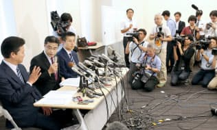 1次公認候補を発表する希望の党の若狭勝氏(左から2人目)ら(3日、参院議員会館)