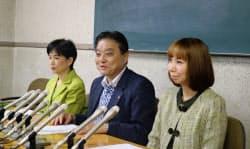 希望の党の公認を得た佐藤市議(左)、余語市議(右)と共に記者会見する名古屋市の河村たかし市長(3日、名古屋市役所)