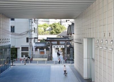 ビルの1階部分を貫く露天神社への参道
