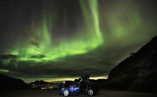 オーロラの街トロムソで最初のEVタクシードライバーとなったヤン・ニィゴールドさんの「モデルX」(9月13日、ノルウェー)