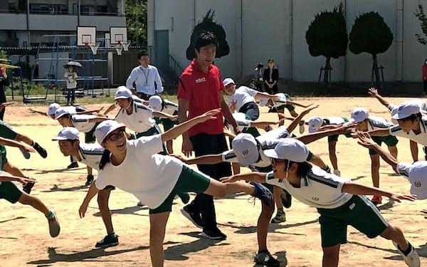 児童は楽しみながら朝原氏(中)らの授業に取り組んだ