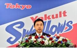 4年ぶりにプロ野球ヤクルトの監督に就任し、記者会見する小川淳司氏(5日午後、東京都港区の球団事務所)=共同