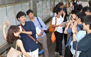 合格発表前から採用合戦が始まっている(9月、東京・霞が関での司法試験の合格発表)