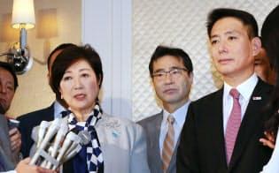 会談を終え、記者の質問に答える希望の党代表の小池都知事(左)と民進党の前原代表(右)(5日午後、東京都新宿区)