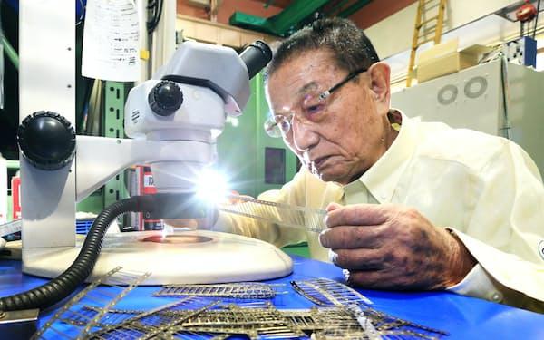 極細の「痛くない注射針」を製造する岡野工業の岡野会長(東京都墨田区)=小高顕撮影