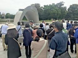 広島市の平和記念公園で祈る人たち(7日午前)