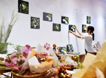 学生がデザインし制作した作品を展示販売する(京都市下京区)