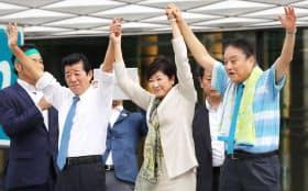 街頭演説を終え両手を上げる(左から)日本維新の会代表の松井大阪府知事、希望の党代表の小池都知事、減税日本代表の河村名古屋市長(7日午後、東京・銀座)