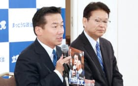 公約を発表する立憲民主党の福山幹事長(左)と長妻代表代行(7日午後、東京都港区)