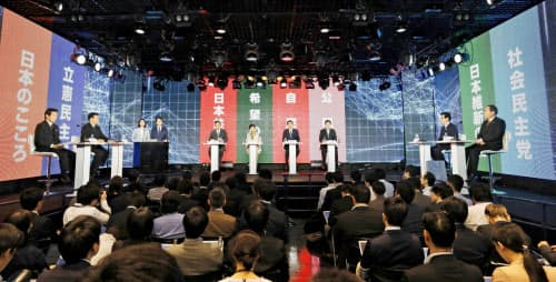 インターネット動画配信サイト「ニコニコ動画」の討論会に臨む与野党の党首(7日夜、東京・六本木)=共同
