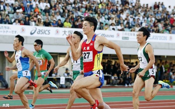成年男子100メートル決勝、10秒22で初優勝した大阪・多田修平=手前(7日ニンジニアスタジアム)=共同
