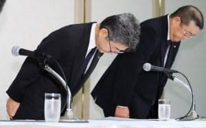 記者会見で頭を下げる神戸製鋼所の梅原副社長(左)=8日午後、東京都港区