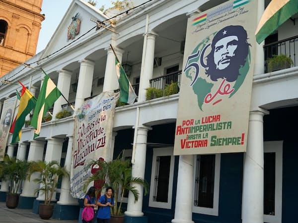 ボリビアではゲバラ死去50周年の式典の準備が進む(7日、中部サンタクルス)