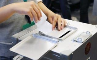 今回の衆院選は10月実施のため、昨年7月の参院選よりも多くの高校生が有権者となる(写真は2015年、衆院第2議員会館での高校生模擬投票)
