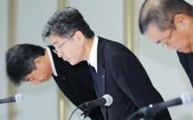 記者会見で頭を下げる神戸製鋼所の梅原副社長(中)(8日、東京都港区)