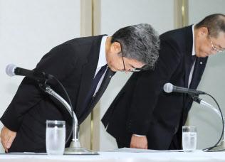 記者会見で頭を下げる神戸製鋼所の梅原副社長(左)ら(8日午後、東京都港区)