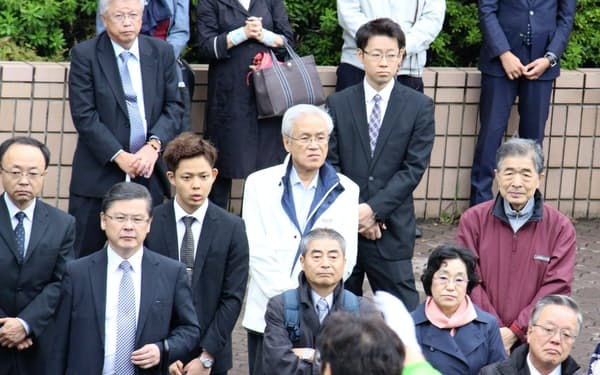 衆院選で候補者の第一声を見守る支援者ら(札幌市)