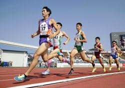 成年男子800メートル決勝 1分48秒00の大会新で優勝した長野・川元奨=左端(10日、ニンジニアスタジアム)=共同