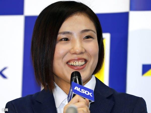 現役引退の記者会見で笑顔を見せる田知本遥(10日午後、東京都港区)=共同