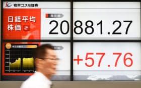 約21年ぶりの高値をつけ、2万881円台で取引を終えた日経平均株価(11日午後、東京都中央区)
