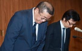 記者会見で頭を下げる神戸製鋼所の勝川常務執行役員(左)ら(11日午後、東京都中央区)