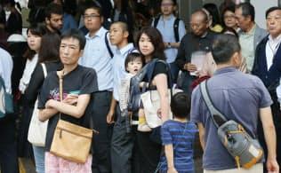 街頭演説を聞く有権者ら(11日午後、東京都目黒区)=一部画像処理しています
