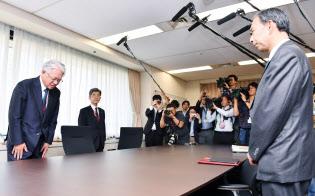 経産省の多田製造産業局長(右)に頭を下げる神戸製鋼所の川崎会長兼社長(10月12日、東京・霞が関)
