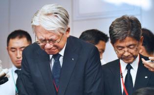 経産省を訪れ、報道陣の前で頭を下げる神戸製鋼所の川崎会長兼社長(左)ら(12日午前、東京・霞が関)