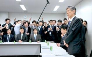 高村氏は安全保障法の成立に向けた与党内の意見のとりまとめも主導した(2015年4月27日の安保法整備に関する与党協議会)