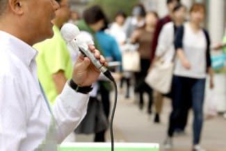 他候補との違いを有権者らに訴える(12日午前、堺市)=一部画像処理をしています