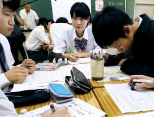 授業でグループごとに「政党」をつくり、政策を話し合う高校3年生(11日、東京都板橋区)