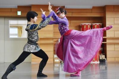 「赤き死の舞踏」の稽古をする法村珠里(右)と法村圭緒