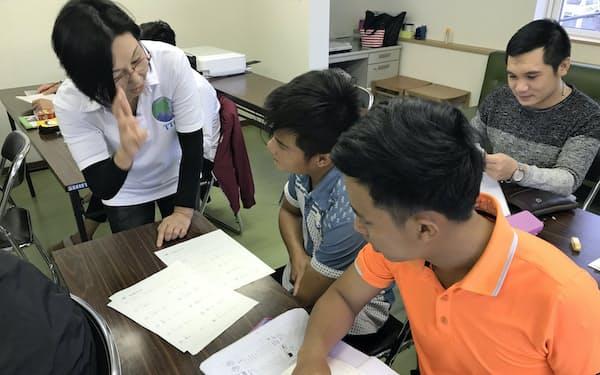 日本語研修を受けるベトナム人技能実習生(スカイブルー協同組合北海道事務所(旭川市)