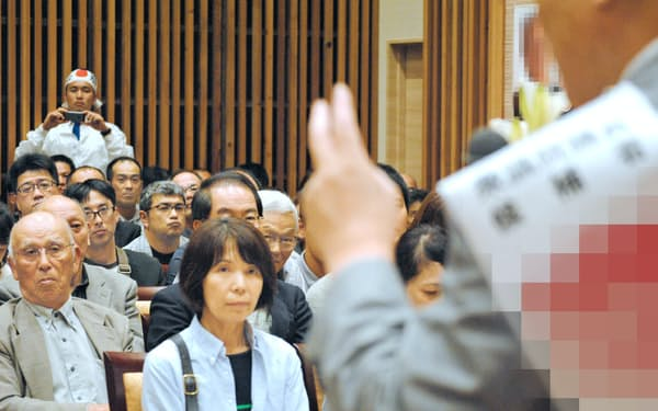 京都5区の福知山市内で開かれた個人演説会で有権者に支持を訴える候補者=一部画像処理しています