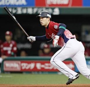 パ・リーグの首位打者に輝いた西武・秋山は143試合にフル出場した=共同