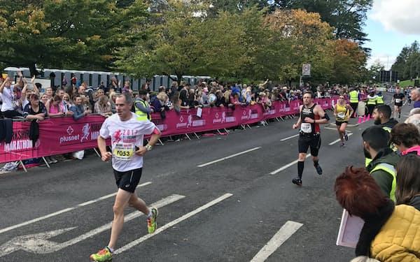 沿道からの声援の中、ランナーが駆け抜ける