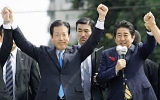 安倍首相と公明党の山口代表は並んで支持を訴えた(13日、鹿児島市)=共同