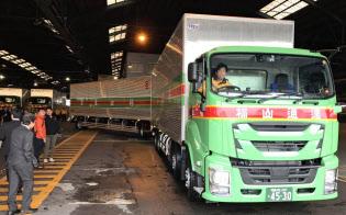 福山通運は車両全長25メートルのダブル連結トラックの運行を始めた(名古屋市)