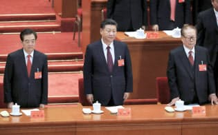 共産党大会に臨む(左から)胡錦濤前総書記、習近平総書記、江沢民元総書記(18日午前、北京の人民大会堂)=小高顕撮影