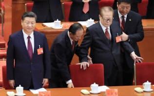 体を支えられながら共産党大会に臨む江沢民・元総書記(右から二人目)。左端は習近平総書記(18日、北京)=小高顕撮影
