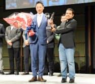 18日、スタートアップワールドカップ日本予選で日本代表に選ばれたセブン・ドリーマーズ・ラボラトリーズの阪根社長(中央左)