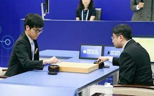 世界トップ棋士に勝った「アルファ碁」は大量の対局データを学習した=共同
