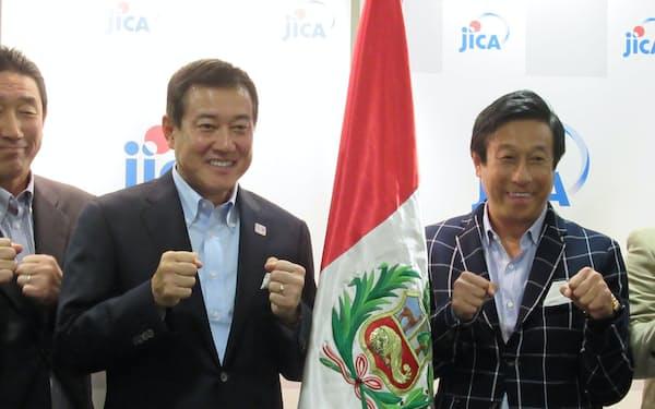 19日、ペルーでの野球指導に向けて意気込む原辰徳氏(中央左)と宮本和知氏ら(東京・渋谷、在日ペルー大使館)